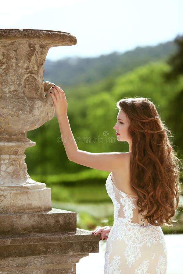 Braut Heiratendes Porträt im Freien der herrlichen Brunettebraut mit lizenzfreies stockbild