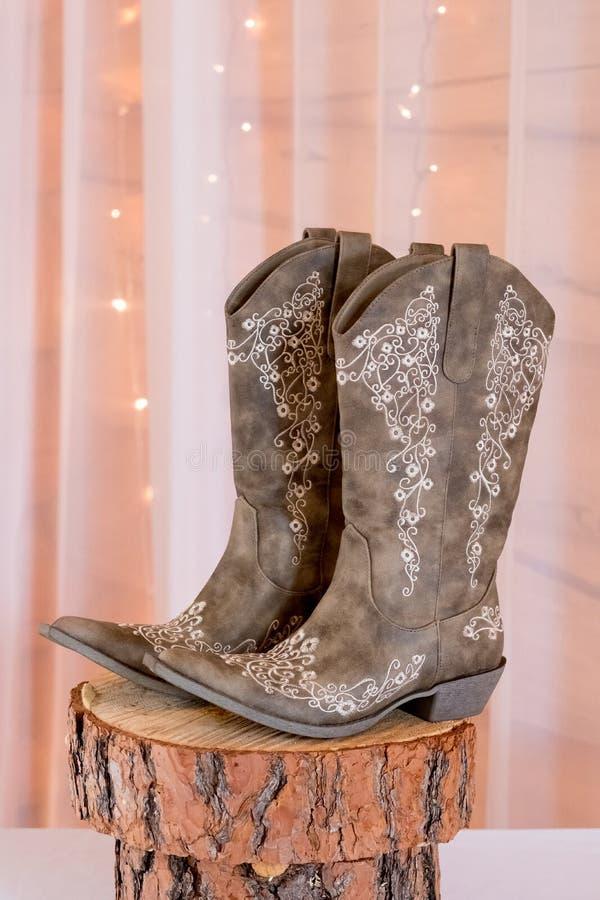 Braut-Hochzeitstag-Cowgirl-Stiefel stockfotos