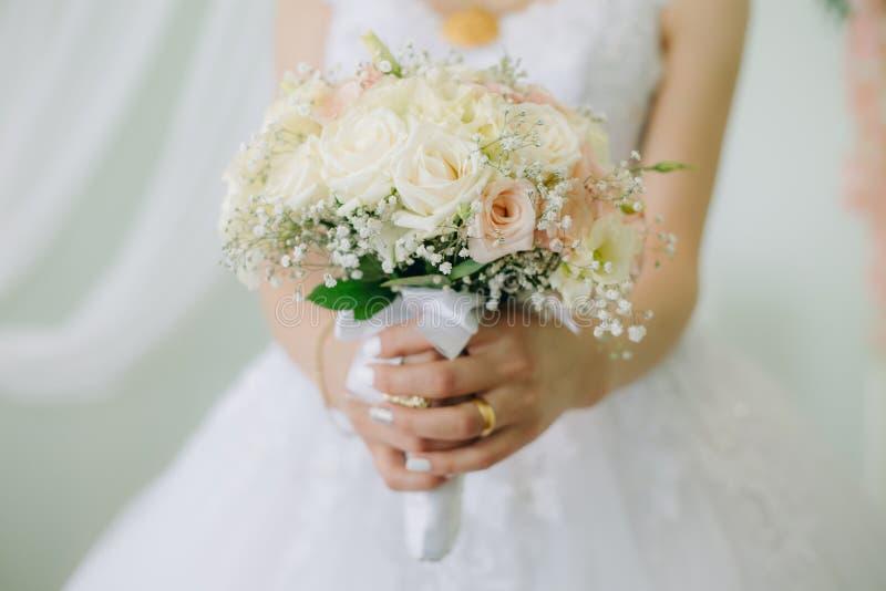 Braut-Holding ihr Blumenstrauß stockfoto