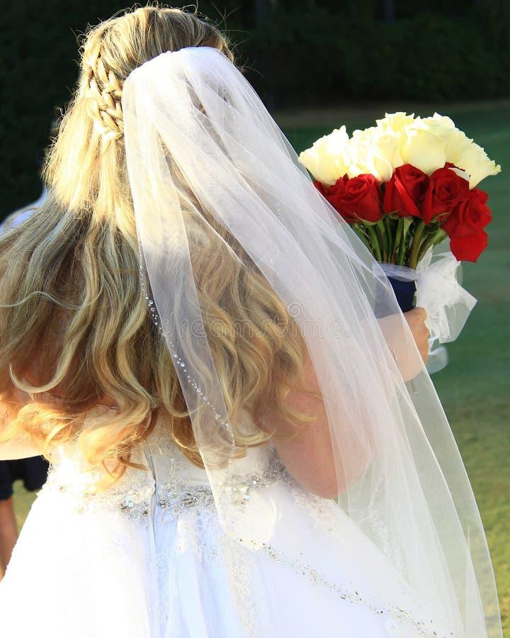 Braut an ihrem Hochzeitstag mit Blumenstrauß stockfotos