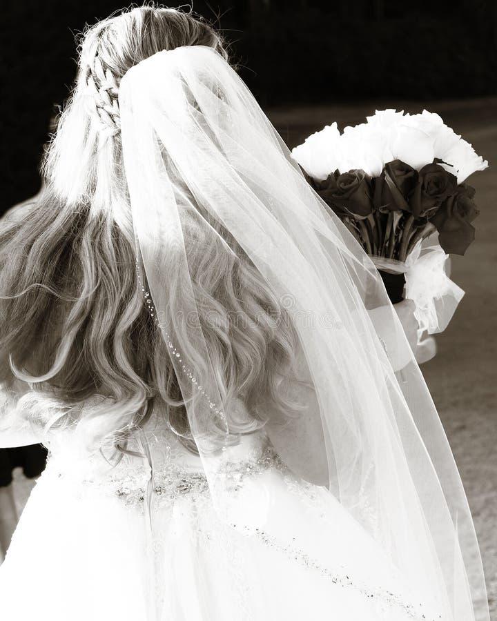Braut an ihrem Hochzeitstag mit Blumenstrauß stockfoto