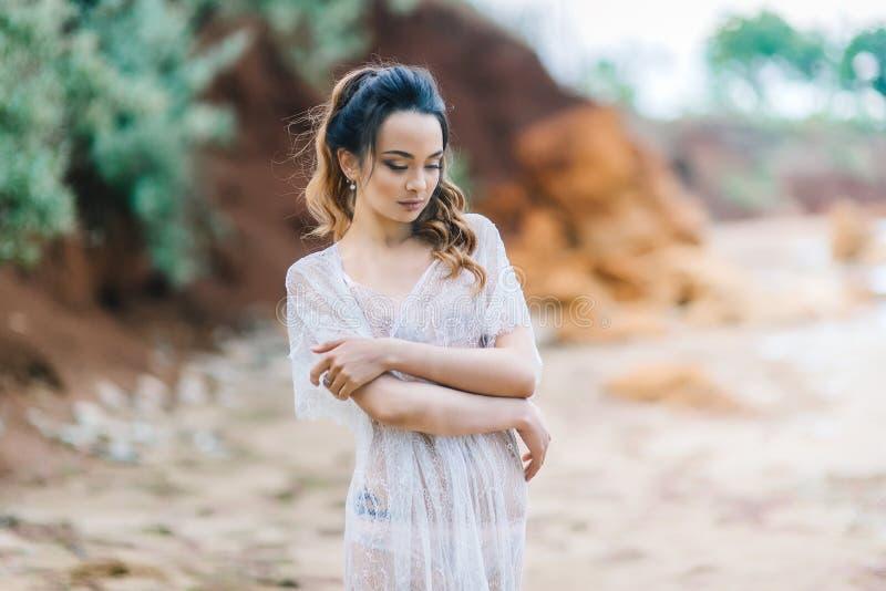 Braut in ihrer Unterwäsche und in einem Hausmantel lizenzfreie stockfotos