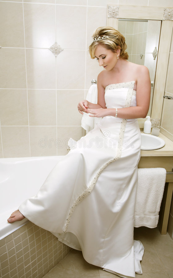 Braut im Badezimmer lizenzfreies stockbild
