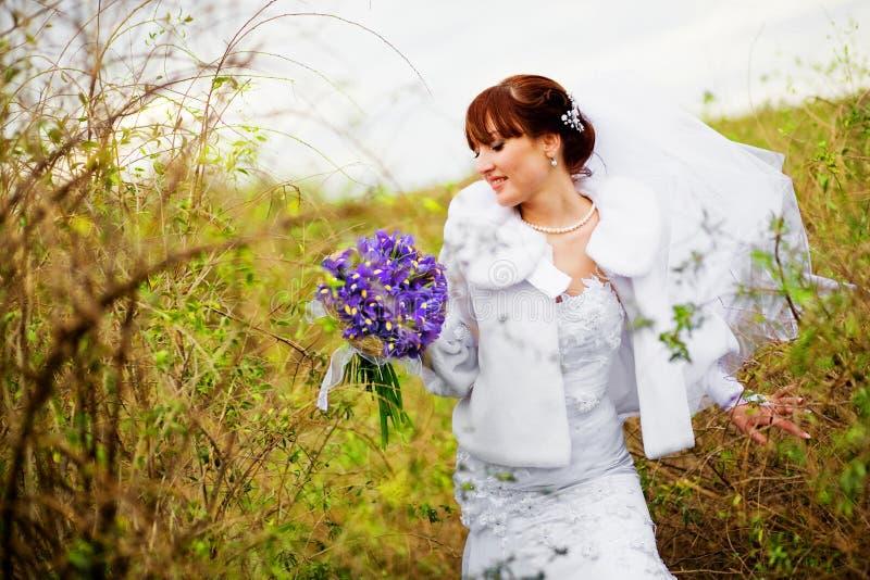 Braut im Herbst lizenzfreie stockfotografie