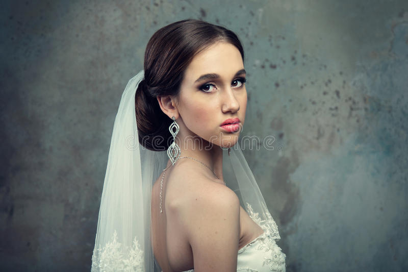 Braut im Hochzeits-Kleid und dem Schleier stockfoto