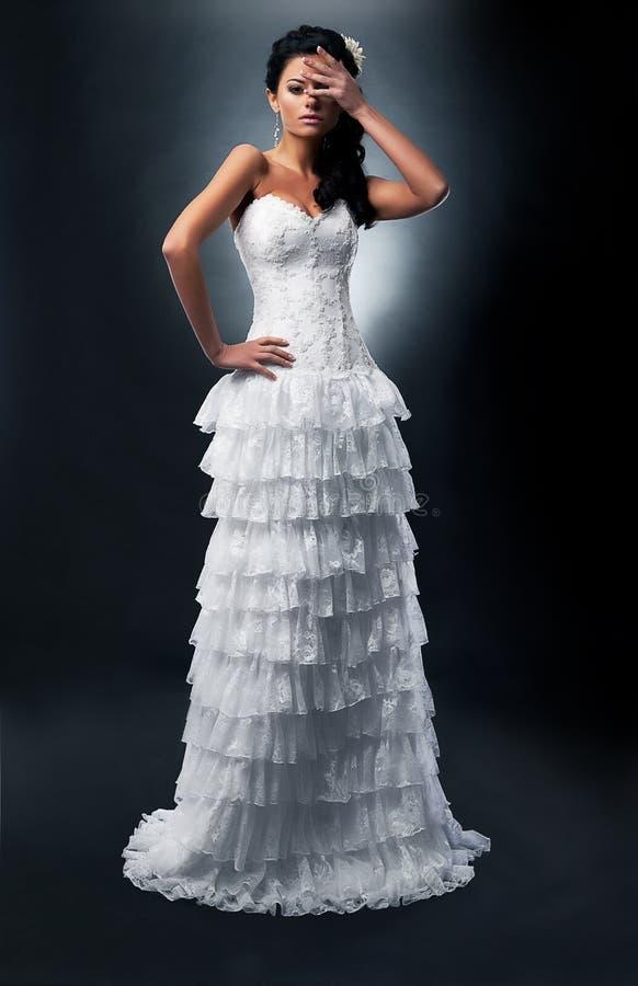Braut im langen Hochzeitskleid. stockfoto