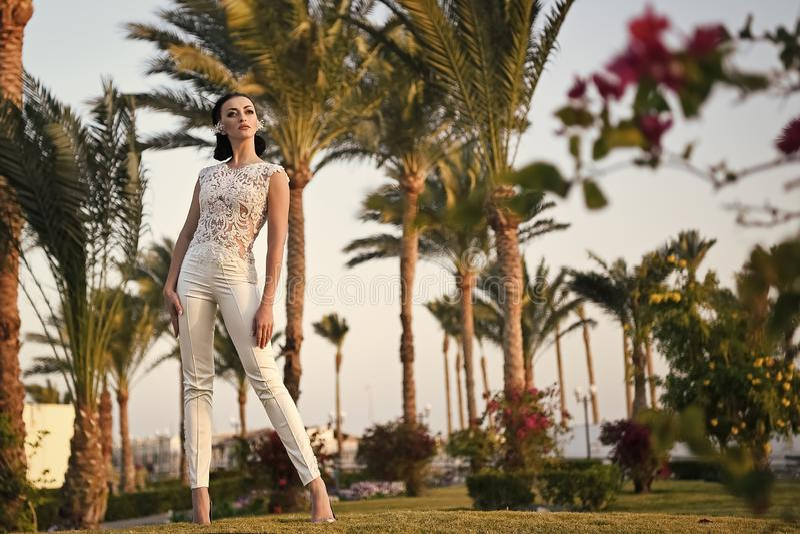 Braut im langen Kleid der schönen Hochzeit, junge Frau im Freien stockfoto