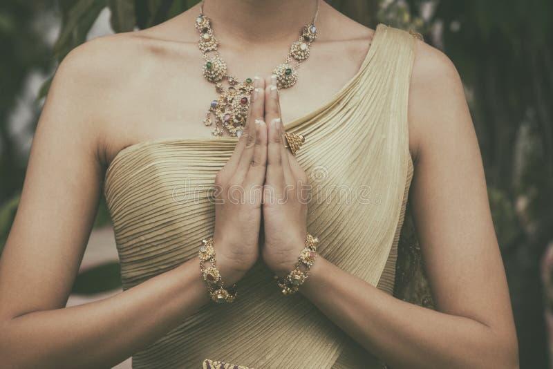 Braut im Thailand-Trachtenmode-Kleid in der Stand-Gruß-Haltung [Sawasdee stockfotografie