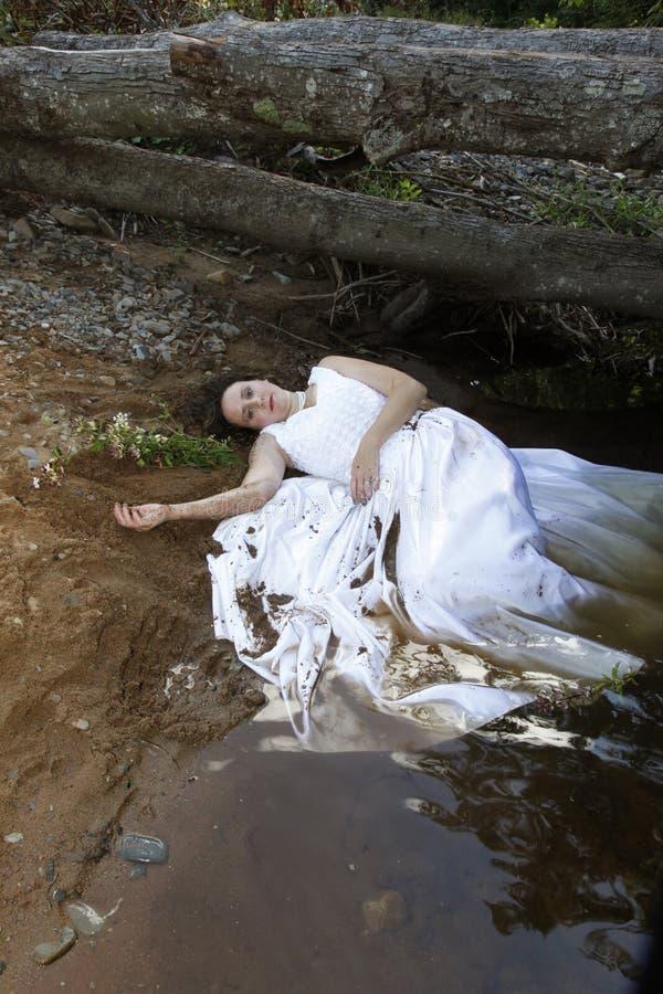 Braut im Wasser stockfotografie