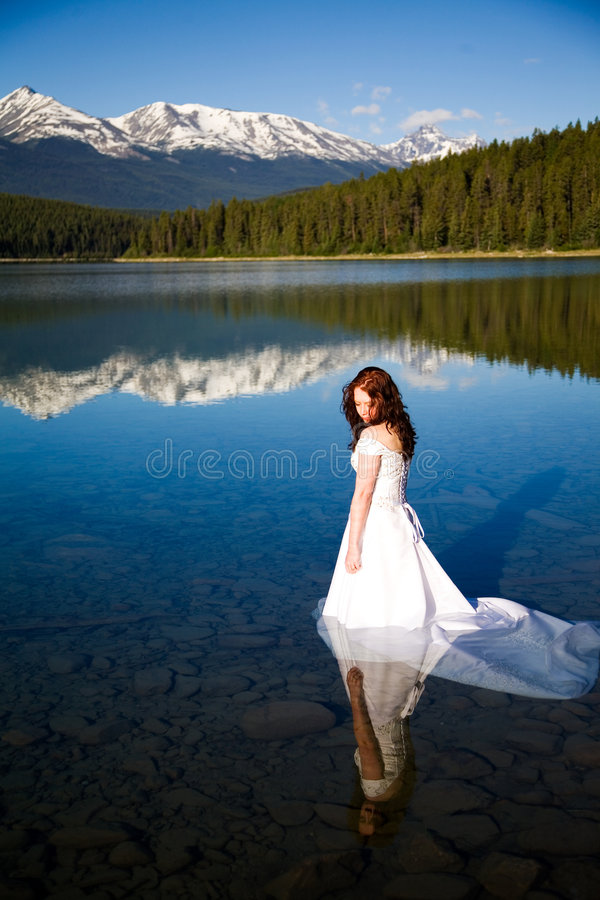 Braut im Wasser lizenzfreie stockbilder