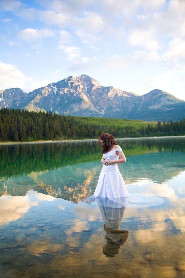 Braut im Wasser lizenzfreie stockfotografie