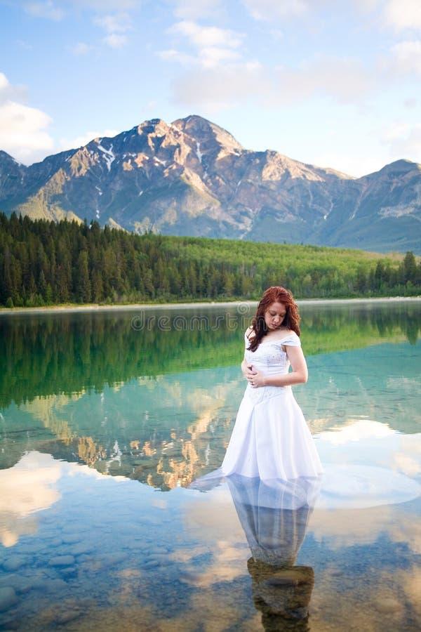 Braut im Wasser stockbilder