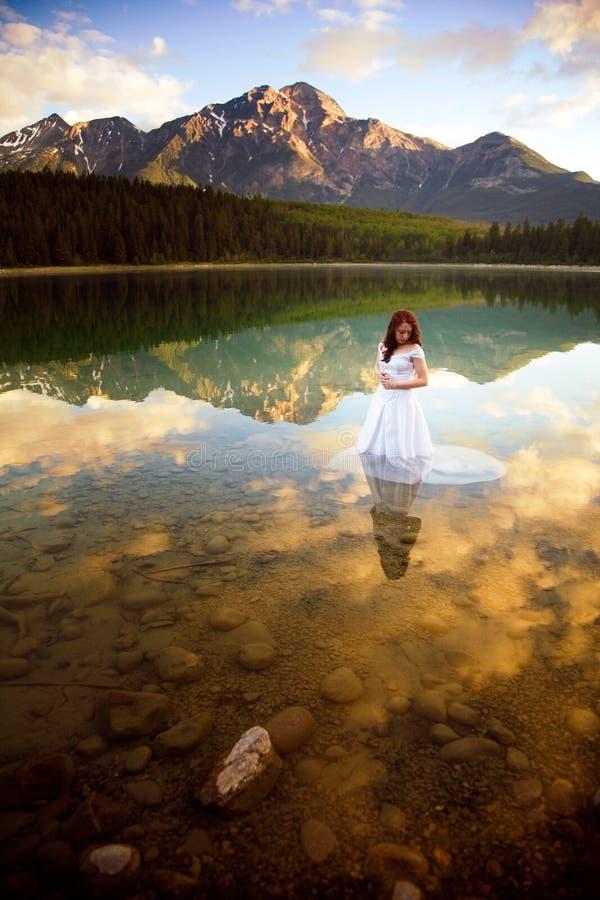 Braut im Wasser stockfoto