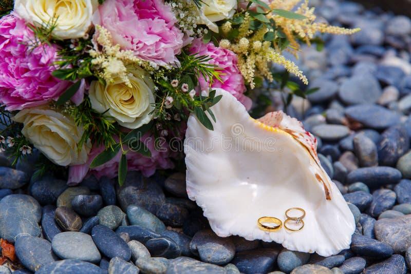 Braut im weißen Kleid Eine weiße Muschel mit Hochzeit und engagemen stockbilder