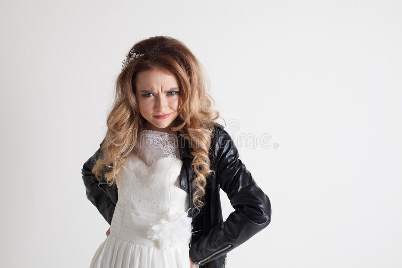 Braut Stockbild Lederjacke Im Weißen Der Bild Kleid Und In WbD29HIEeY