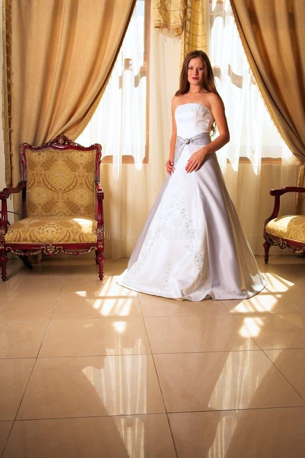 Braut im weißen und grauen Kleid lizenzfreie stockbilder