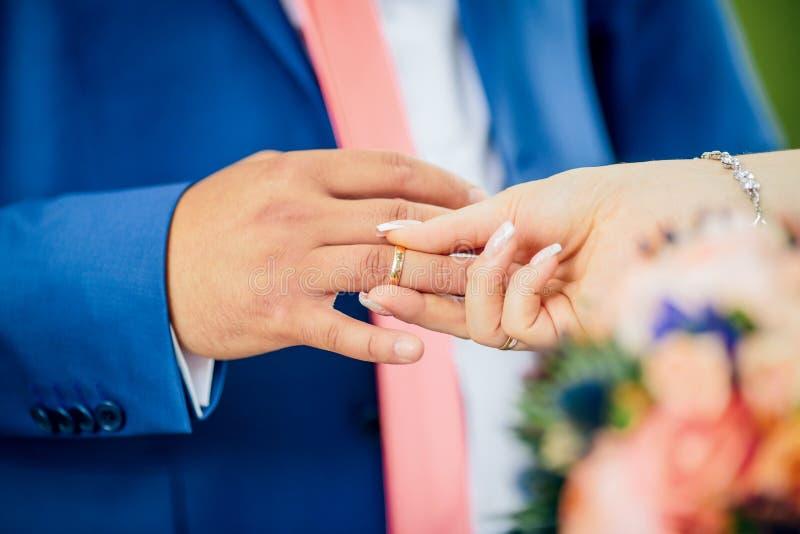 Braut kleidet Goldring zum Bräutigam lizenzfreie stockfotos
