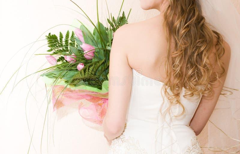 Braut mit Bündel Tulpen lizenzfreie stockfotos