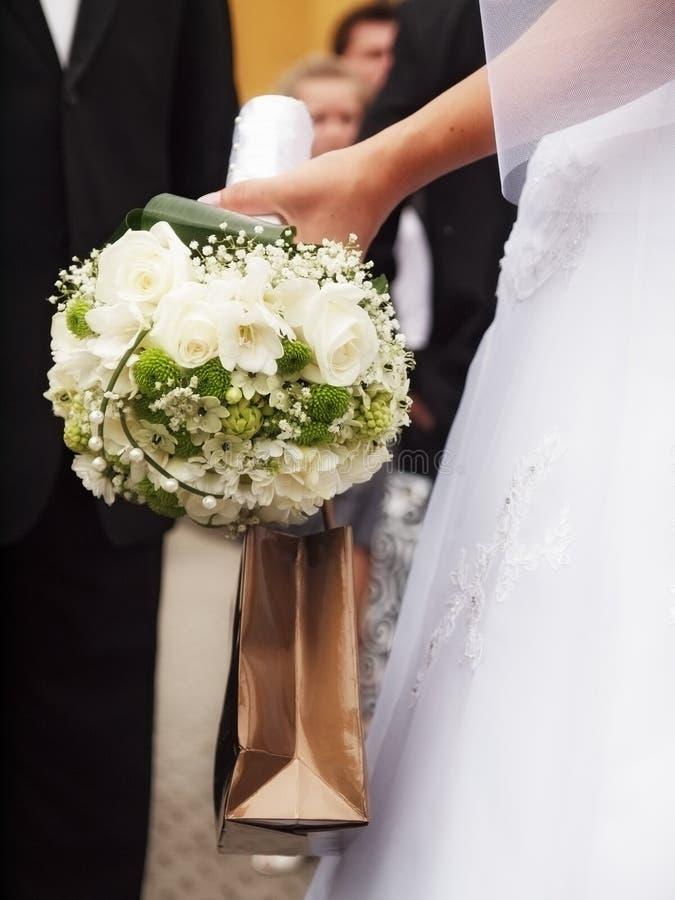 Braut mit Blumen lizenzfreies stockfoto