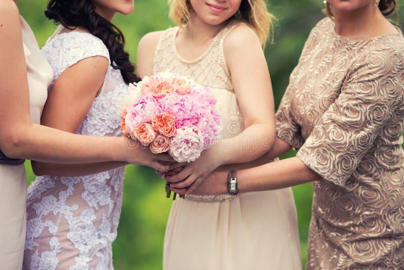 Braut mit einem Blumenstrauß und die Brautjungfern stockfoto