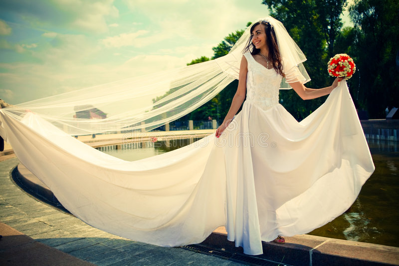 Braut mit einem Hochzeitsblumenstrauß lizenzfreies stockfoto