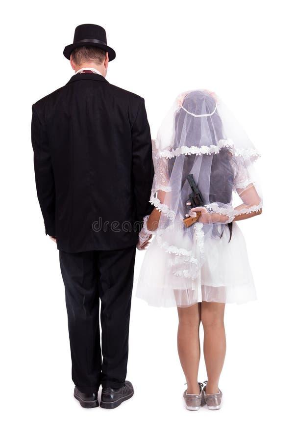 Braut mit Gewehr bedroht ihren Bräutigam stockfoto
