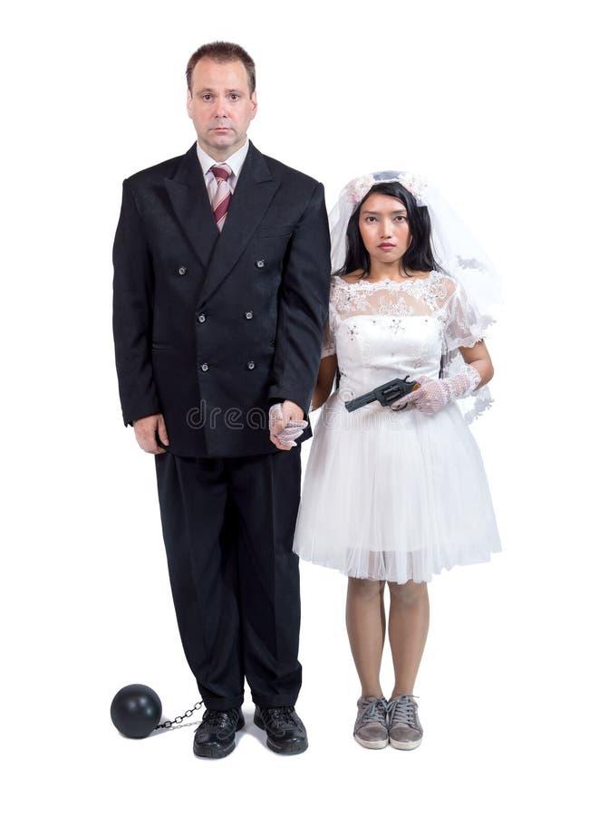Braut mit Gewehr bedroht ihren Bräutigam lizenzfreie stockfotos
