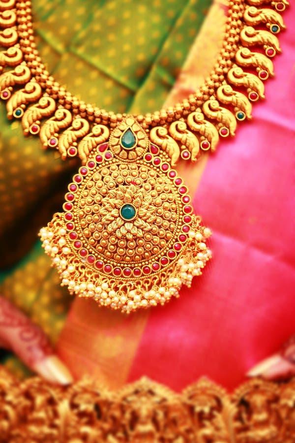 Braut mit Goldschmuck in der indischen Hochzeits-Zeremonie lizenzfreie stockfotografie