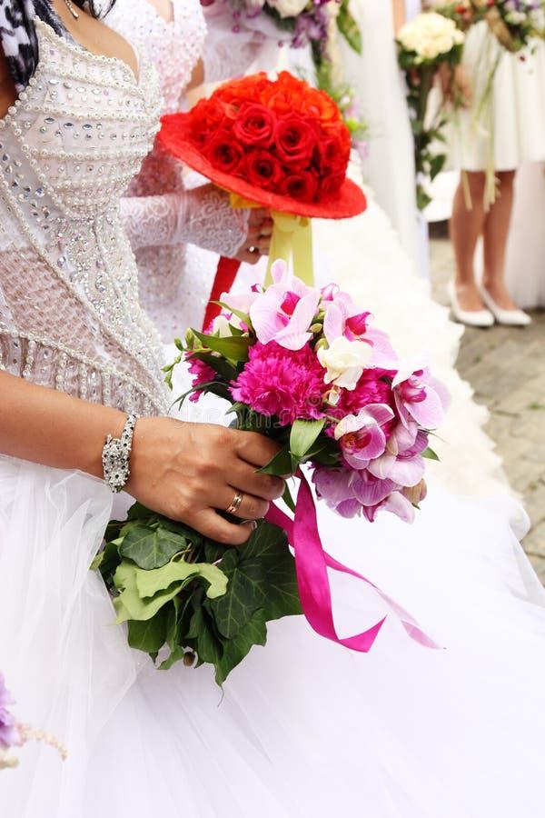 Braut mit Hochzeitsblumenstrauß lizenzfreie stockfotografie