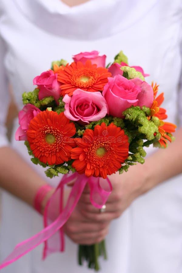 Braut mit ihrem Blumenstrauß stockbilder