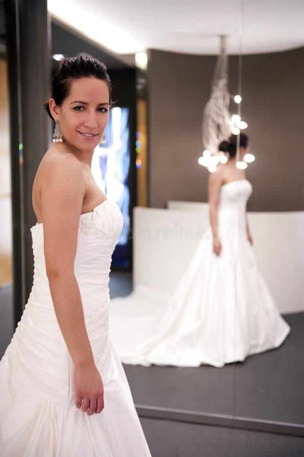 Braut mit Kleid lizenzfreie stockbilder