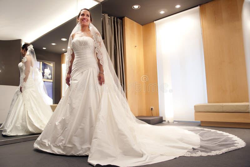 Braut mit Kleid stockbild