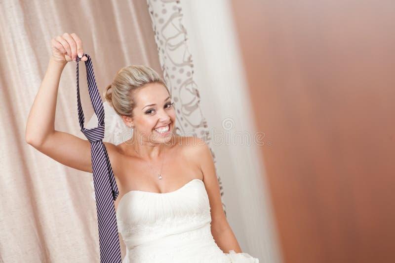 Braut mit Krawatte lizenzfreie stockfotografie
