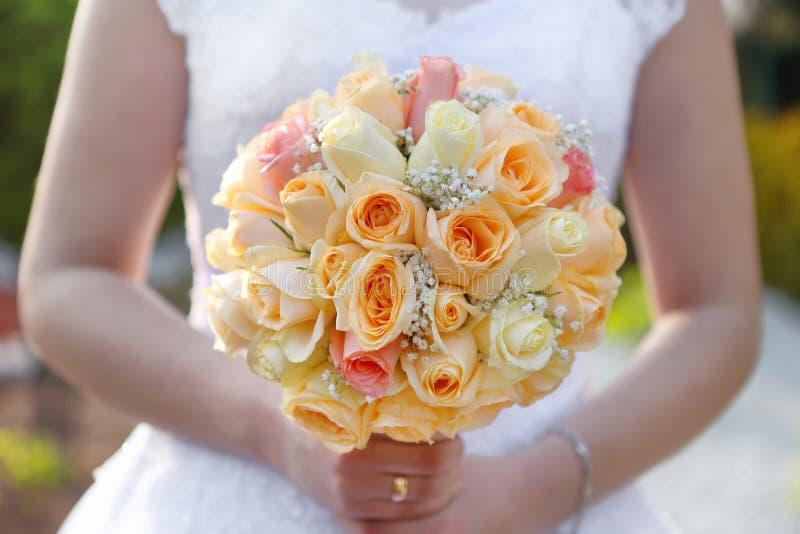 Braut mit rosafarbenem Blumenstrauß der Hochzeit draußen lizenzfreies stockbild