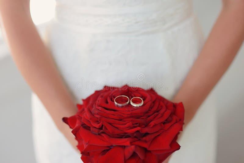 Braut mit roter Rose lizenzfreies stockbild