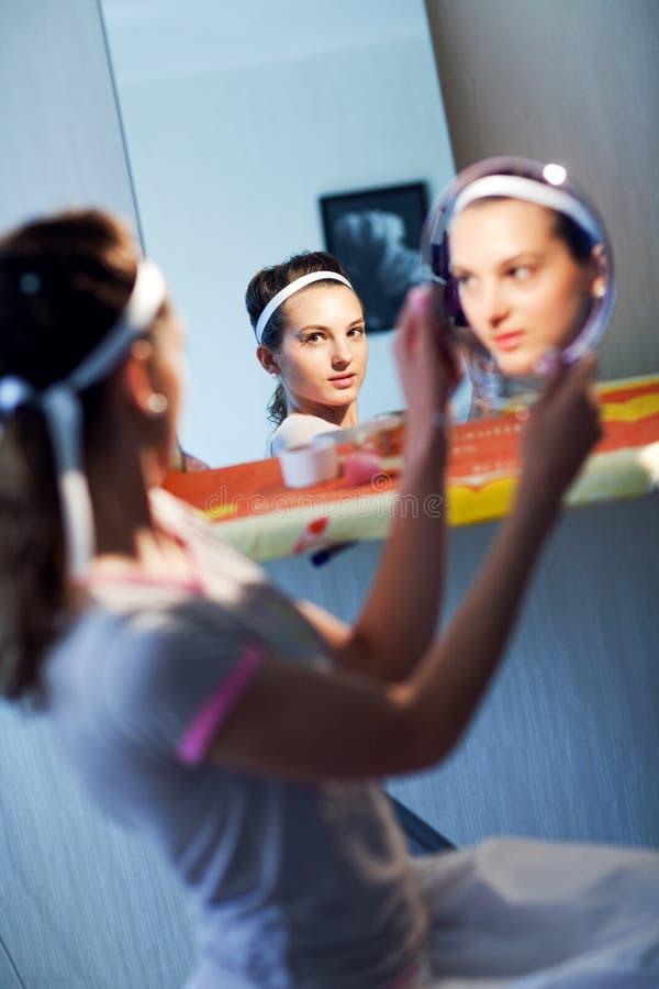Braut mit Spiegeln lizenzfreie stockfotografie