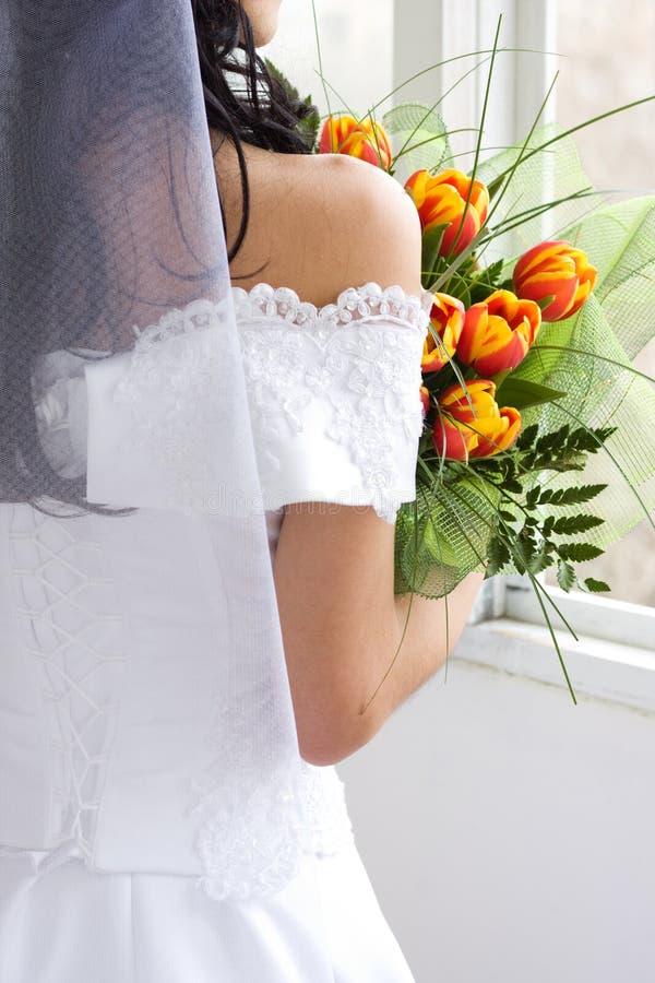 Braut mit Tulpen lizenzfreie stockbilder