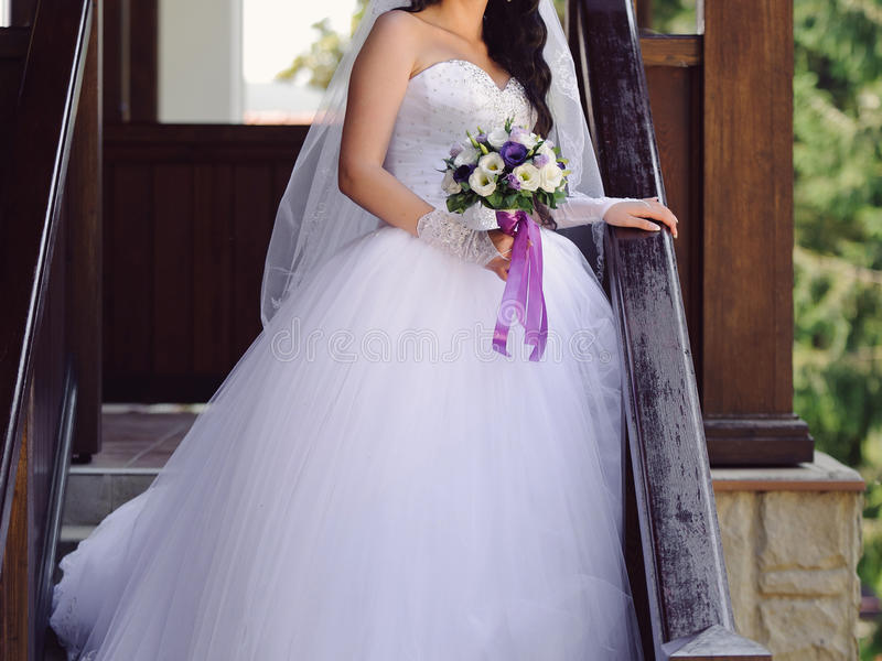 Braut mit Violet Bouquet stockfotos