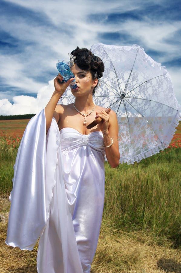 Braut mit Wasser stockfotos