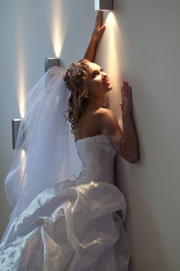 Braut nahe bei der Wand stockfotografie
