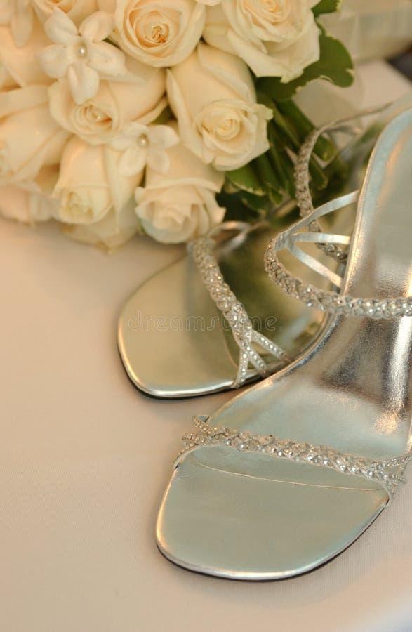 Braut passen von der Schuhfrau zusammen, stockfotografie