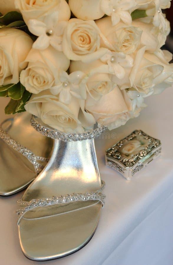 Braut passen von der Schuhfrau zusammen, lizenzfreie stockfotografie