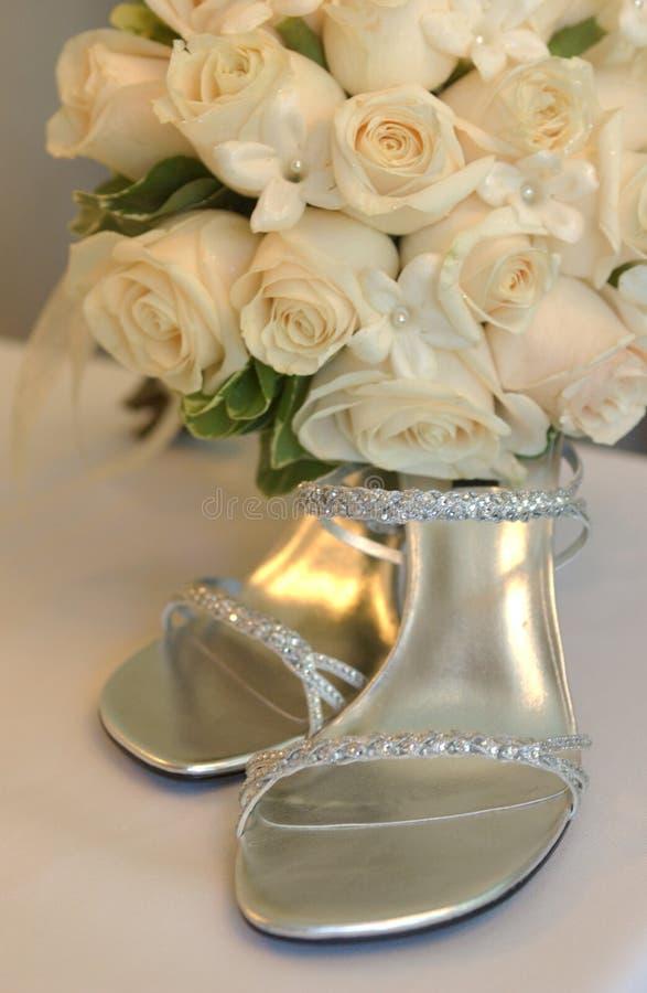 Braut passen von der Schuhfrau zusammen, stockbild