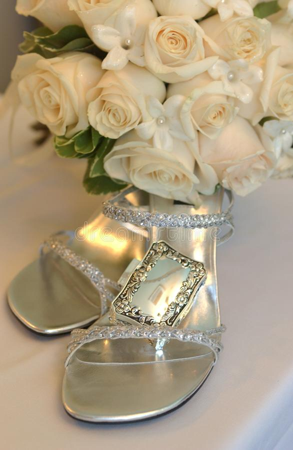 Braut passen von der Schuhfrau zusammen, stockfotos