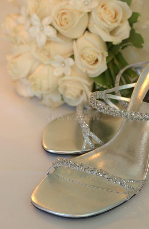 Braut passen von der Schuhfrau zusammen, lizenzfreies stockfoto