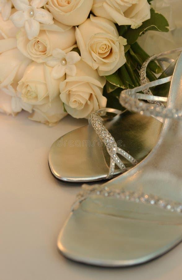 Braut passen von der Schuhfrau zusammen, lizenzfreies stockbild