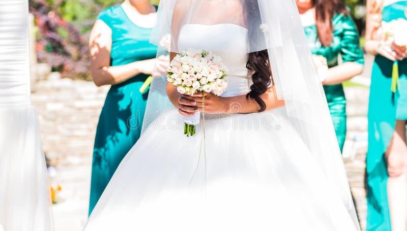 Braut, Reihe von Brautjungfern mit Blumensträußen an der großen Hochzeitszeremonie stockfotos