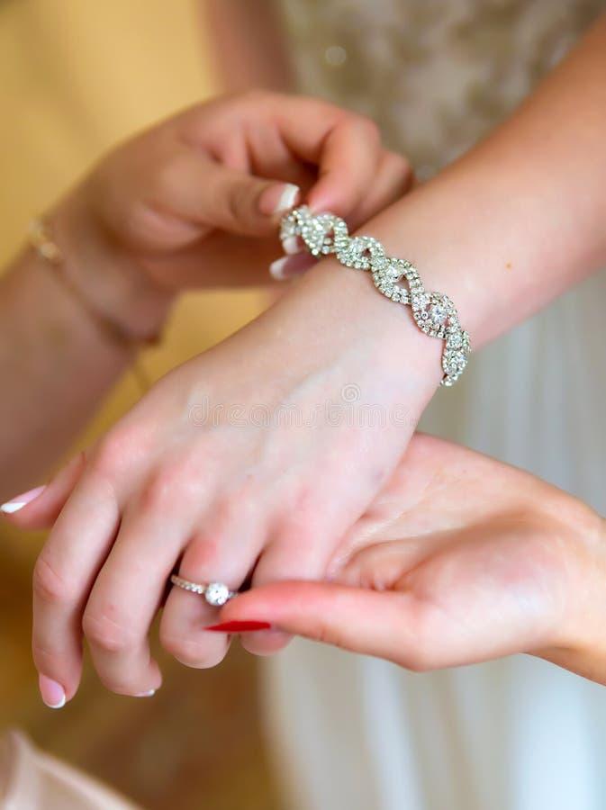 Braut ` s Maniküre Hände des Brautplatzes für Text lizenzfreie stockbilder