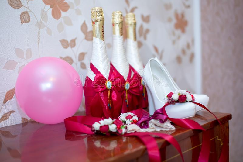 Braut `s Schuhe lizenzfreie stockbilder