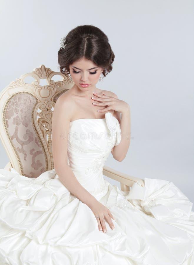 Braut Schöne Brunettefrau, die im modernen Hochzeitskleid trägt lizenzfreie stockbilder